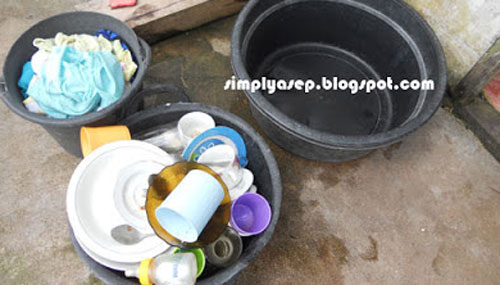 Washing a choir or even a dinner plate can be a problem if it's kept stacked and delayed washing. Photo of Asep Haryono