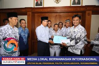 Sekum PGRI meyerahkan data Honorer Kota Sukabumi