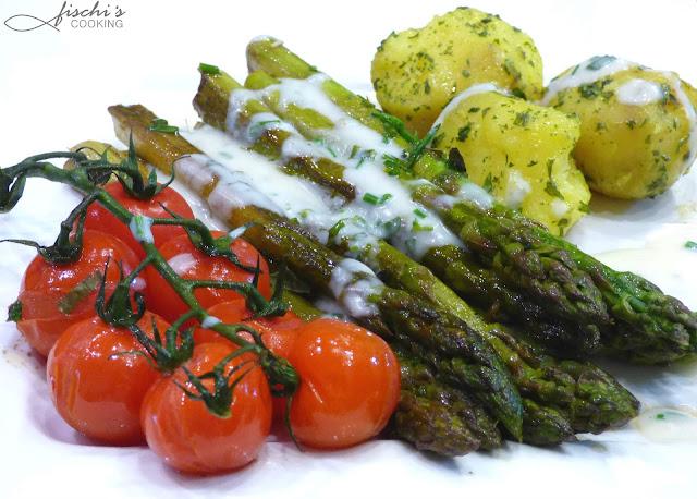 grüner spargel, rispentomaten, balsamico, kräutersauce