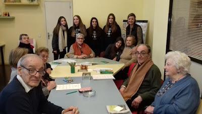 Grup d'usuaris i alumnes al taller d'estimulació d'Aviparc