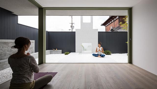 Casa giapponese con cortile bianco per lo yoga by kouichi for Giapponese a casa