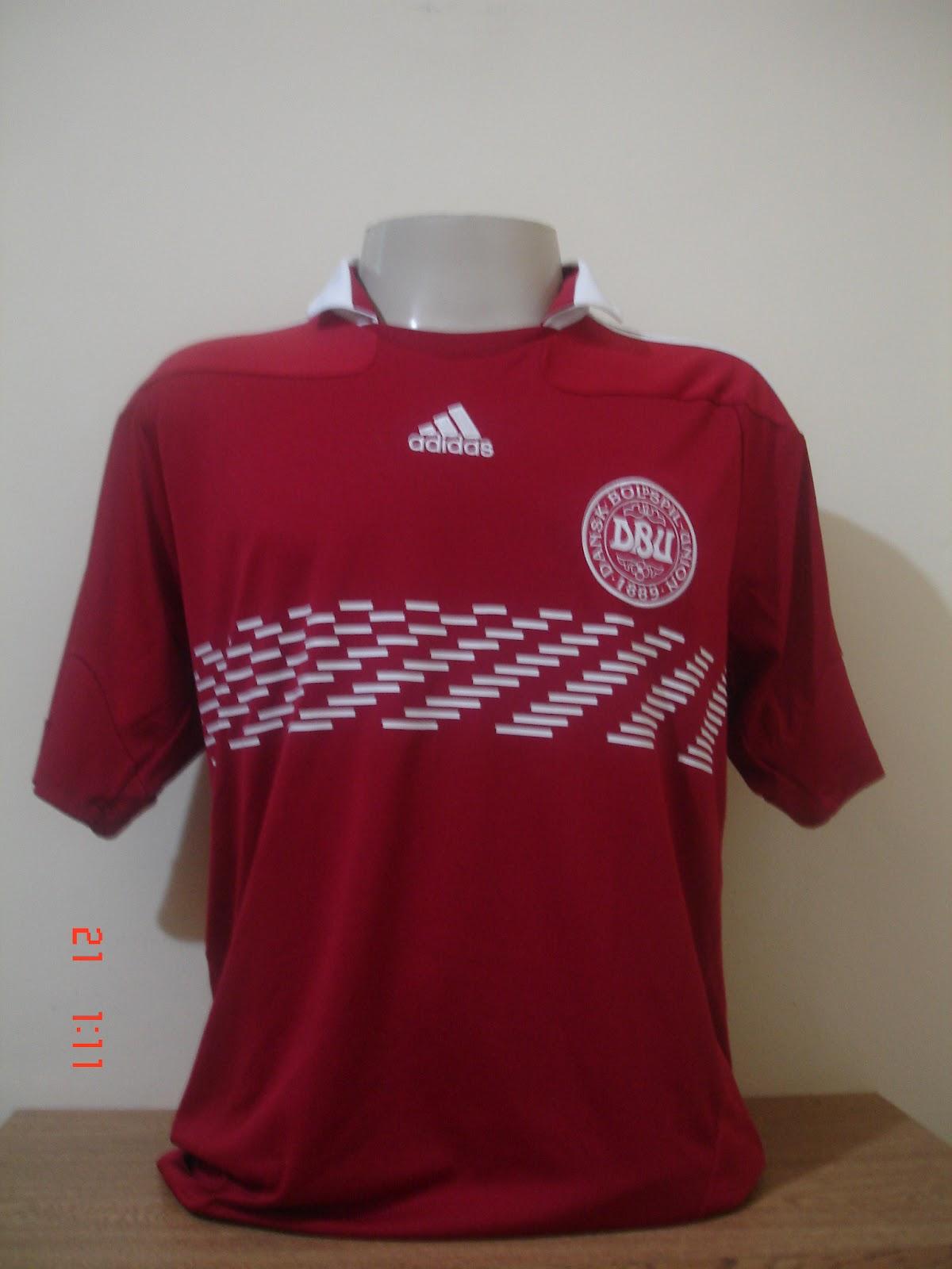af2202c2a9 A nova camisa da França away para 2012 é toda branca e com pedaço da manga  azul e branco. No ano passado a camisa era bem diferente