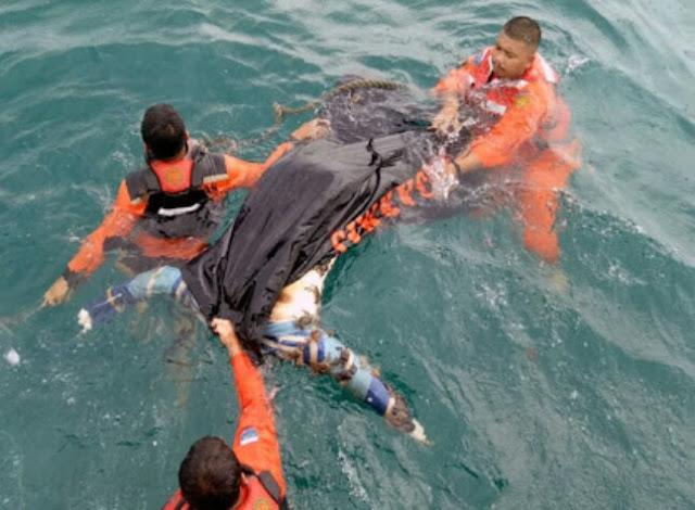 Tim basarnas mengevakuasi mayat yang ditemukan di perairan Pulau Pandan Batubara