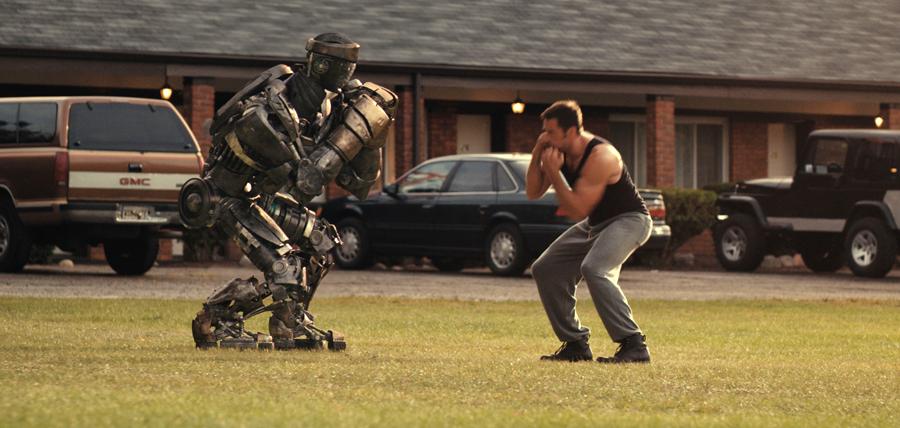 Hugh Jackman şi robotul Atom la antrenamente în filmul Real Steel