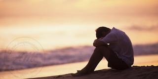 Petua Untuk Rakan Yang Sedang Bersedih  Kesedihan adalah perkara normal bagi kita manusia yang mempunyai hati dan perasaan.  Pernah tak kita merasa sedih dan kawan-kawan juga tidak ambil peduli akan kesedihan kita? Jangan kerana kekawan kita tidak peduli anda ketika bersedih, anda juga tidak peduli akan kesedihan rakan-rakan.  Panduan ini mungkin ramai yang telah mengetahui atau telah lakukan untuk menghilangkan kesedihan kekawan yang rapat mahupun yang kurang rapat.  Jumpa dan Ambil Hati Langkah pertama yang perlu anda lakukan ialah terus berjumpa dengannya dan tanyakan apakah masalah yang di hadapinya.  Sama ada ia berkaitan dengan keluarga ataupun masalah peribadi, pastikan dia berterus terang. Pastikan juga anda tidak membuat lawak 'bodoh' di depanya untuk mengelakkan dia bertambah sedih. Petua Untuk Rakan Yang Sedang Bersedih  Dengar dan Beri Pendapat Andai kata masalah itu sangat serius, dengar dahulu apa yang ingin disampaikan dan elakkan daripada memintas percakapan.  Perlu diigatkan, anda hanya perlu menunjukkan maklum balas yang positif dan tunjukkan anda sudi mendergar masalahnya.  Cuba untuk menjadi pendergar yang baik. Selitkan juga pendapat anda mengenai masalah yang di hadapinya dan cuba mencari jalan penyelesaian.  Ajak Rakan Keluar Untuk lebih menenangkan hati yang berduka dan sedih rakan anda, boleh juga mengajak untuk keluar jejalan ke mana-mana tempat yang menarik dan boleh melupakan kesedihan yang di alaminya.  Contohnya, anda boleh mengajaknya menonton wayang atau pun melancong di mana-mana yang terdekat dengan anda. Paling penting, aktiviti yang dilakukan dapat memberi ruang kepada rakan untuk melupakan kesedihanya. Petua Untuk Rakan Yang Sedang Bersedih