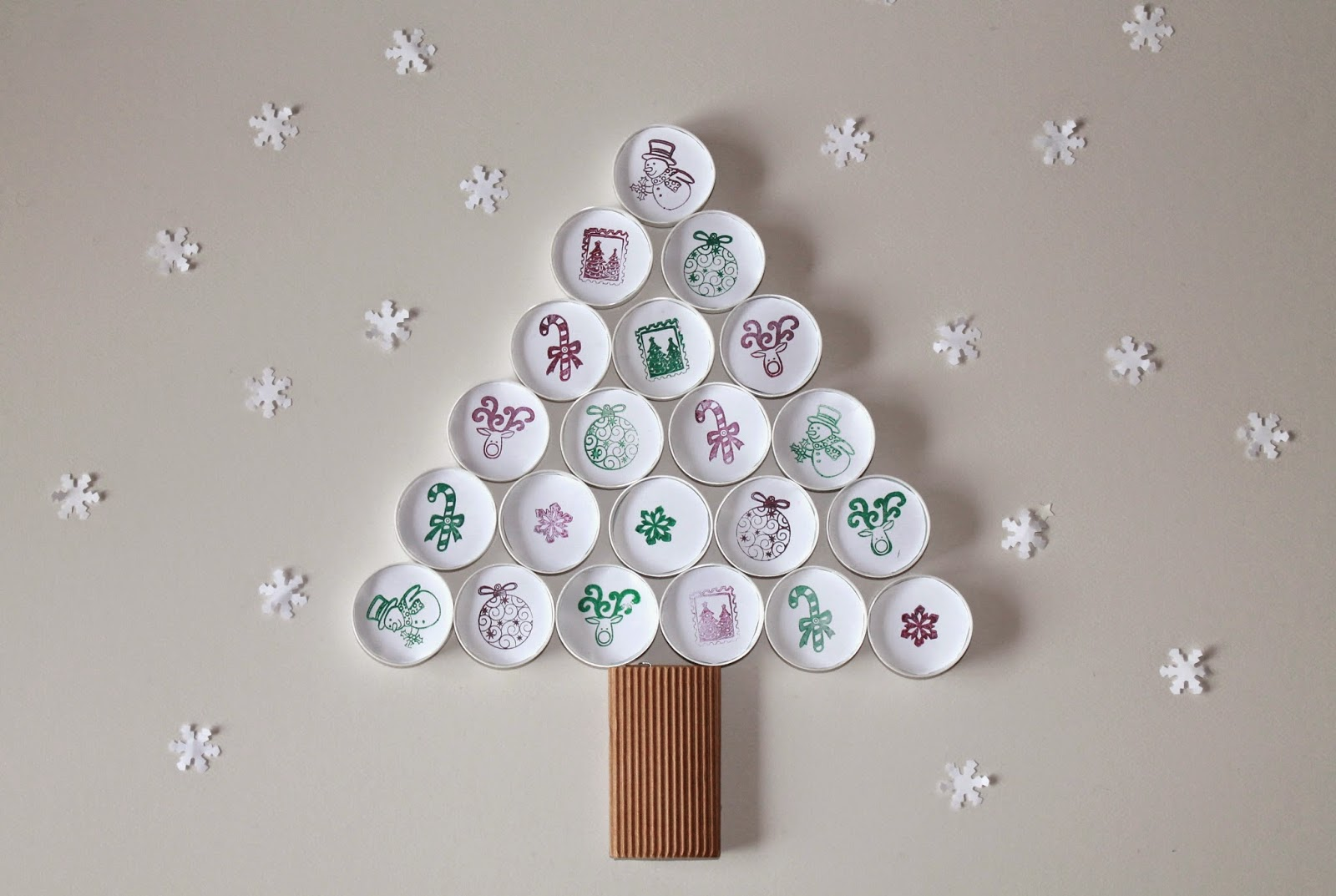 diy de no l pour enfant sapin en bouchons christmas tree diy for kid with caps. Black Bedroom Furniture Sets. Home Design Ideas
