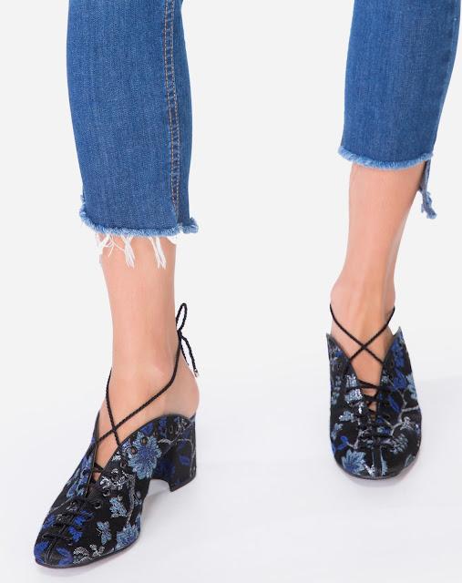 Calça jeans possui modelagem skinny, com barra assimétrica e rasgos nos joelhos