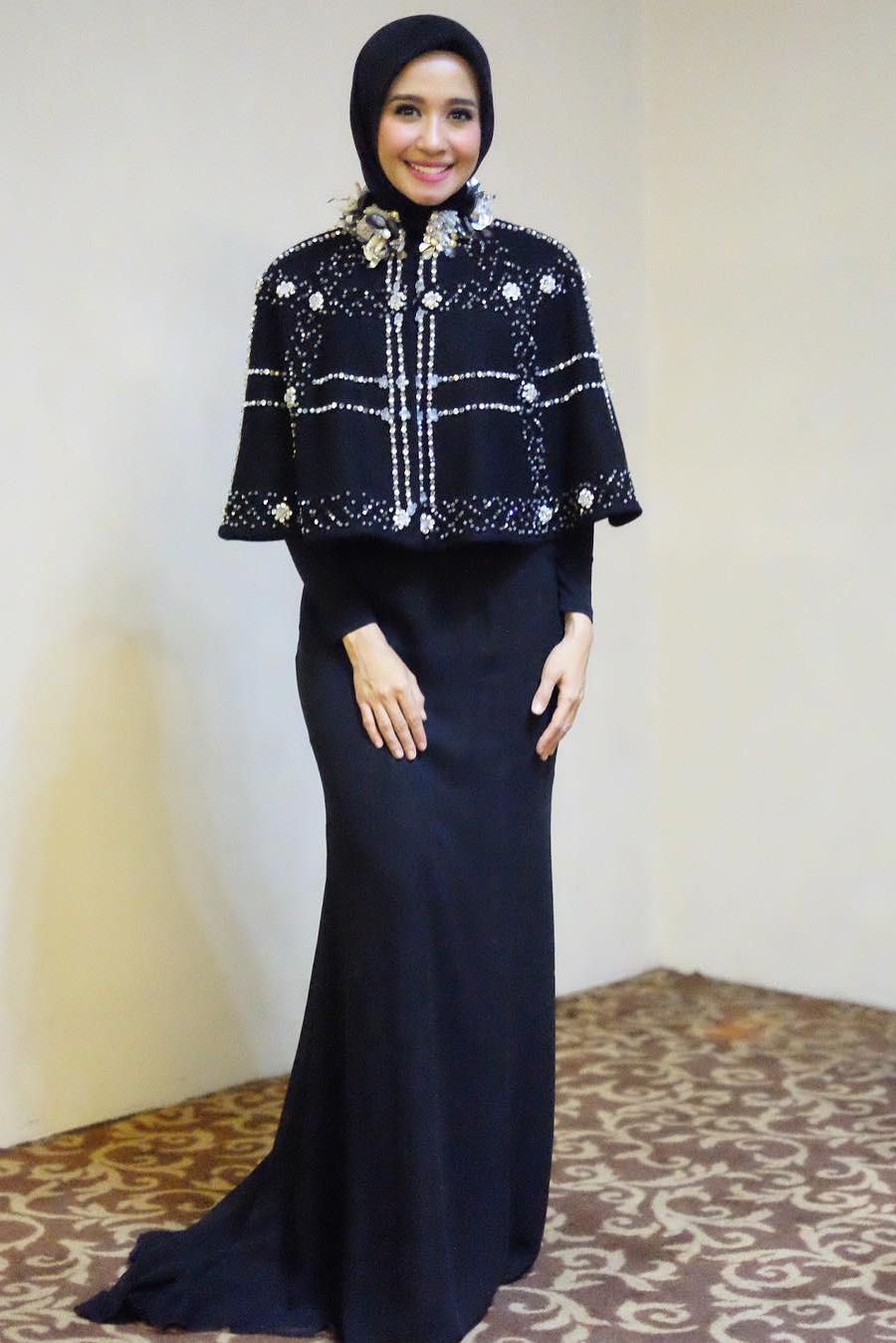 Gaya Hijab Artis Cantik Laudya Cynthia Bella Yang Simple Tapi Elegan Dzargon