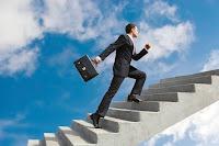 Elinde çantasıyla takım elbiseli bir iş adamının gökyüzüne doğru çıkan bir merdiveni koşarak çıkması