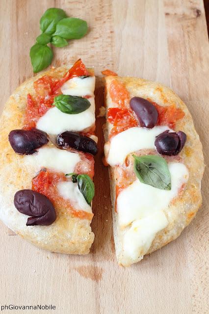 Pizza con sugo di pomodoro fresco, fior di latte e olive greche
