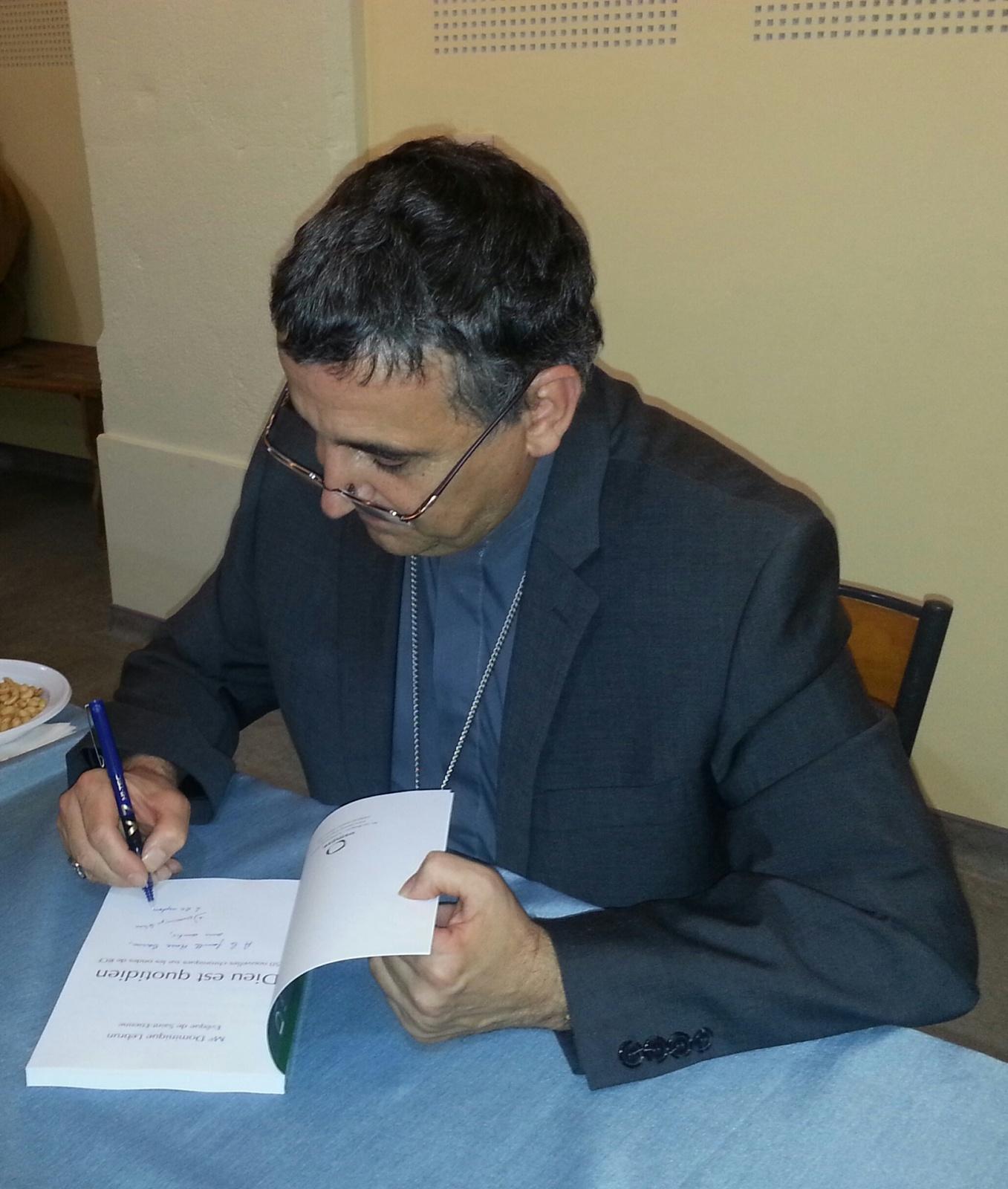 """Mgr Dominique Lebrun dédicace son livre """"Dieu est quotidien"""""""