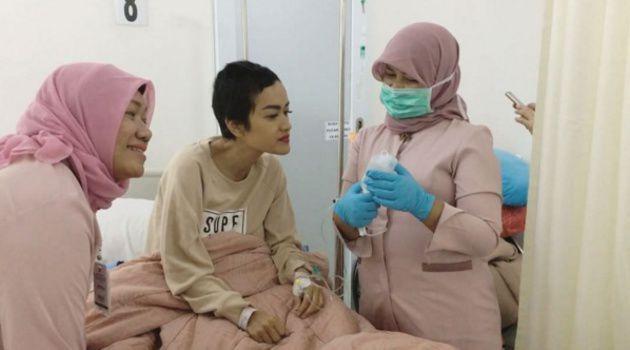 Jupe melakukan kemoterapi di rumah sakit Cipto Mangunkusumo