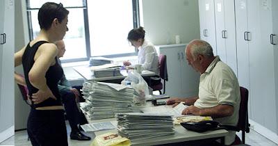 Αύξηση Μισθού σε 310.000 Δημοσίους Υπαλλήλους