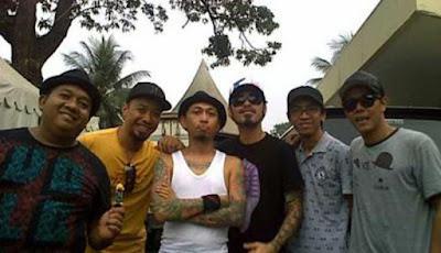 Biografi Shaggydog  Shaggydog adalah sebuah band Indonesia yang dibentuk pada 1 Juni 1997 di Jogjakarta. Band ini beranggotakan Heru (vokal), Richard (gitaris), Reymond (lead gitar), Bandizt (bass), Lilik (keyboard), dan Yoyok (drum). Yang unik adalah ke-enam personilnya berprofesi sebagai bartender. Aliran musik yang mereka usung adalah perpaduan beberapa unsur, seperti ska, reggae, jazz, swing, dan rock and roll. Beberapa band yang mempengaruhi gaya bermusik mereka adalah Cherry Poppin Daddies, Hepcat, Bob Marley, Song Beach Dub Allstars, dan beberapa band lainnya. Mereka memulai karirnya dengan melakukan beberapa show sebelum akhirnya menelurkan album yang berjudul Shaggydod secara indie. Secara mengejutkan penjualan album ini ini mencapai 20.000 kopi. Album kedua mereka pun masih dirilis secara indie pada 2001, yang bertitel Bersama. Album kedua ini benar-benar dihasilkan dengan susah payah, namun menghasilkan kesuksesan yang cukup tinggi. Karena ketenaran mereka di dunia rekaman indie, akhirnya pada album ketiga yang berjudul Hot Dogz dirilis di bawah naungan EMI Indonesia pada 2003.  Tidak hanya di Indonesia, Shaggydog juga sempat diminta oleh perusahaan rekaman di Jepang untuk mengisi kompilasi album Asian Ska Foundation yang digawangi oleh band-band ska se-Asia. Album ini beredar di Jepang, dan Shaggydog mengisi