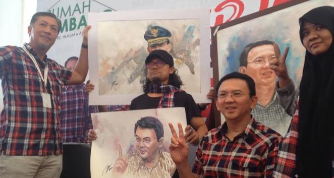 Kinkin memegang lukisannya didampingi Basuki Tjahaja Purnama (Ahok),di Rumah Lembang, Menteng, Jakarta Pusat, Kamis (15/12/2016).