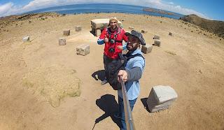Pose para foto com o Lago Titicaca ao fundo.