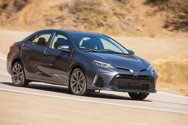 Front 3/4 view of 2017 Toyota Corolla XSE