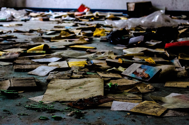 photo d une salle avec pleins de vieux livres par terre dans le sanatorium abandonné