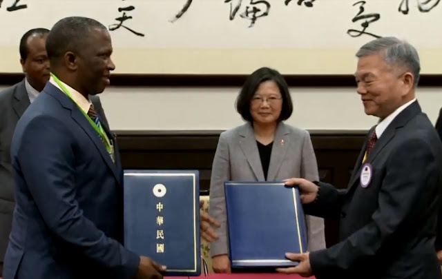 總統蔡英文見證兩國經濟部長簽署《臺史經濟合作協定》