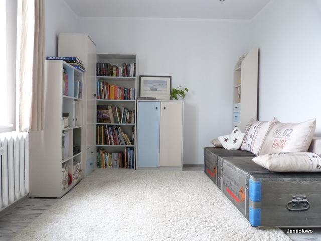 pokój po wymianie podłóg, malowaniu ścian i mebli