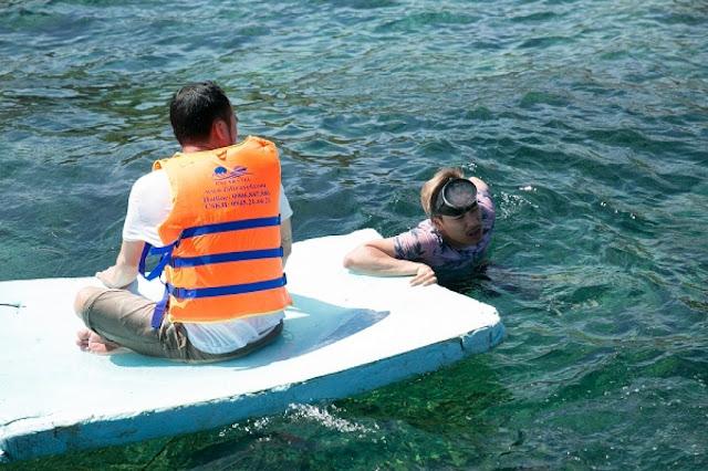 Kiều Minh Tuấn rủ Tiến Luật trốn vợ đi chơi biển