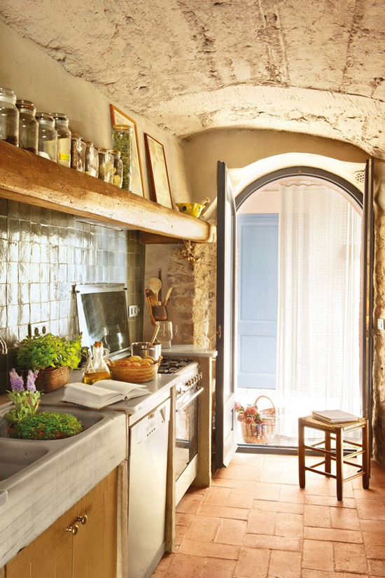 Rustic spanish country kitchen via El Mueble