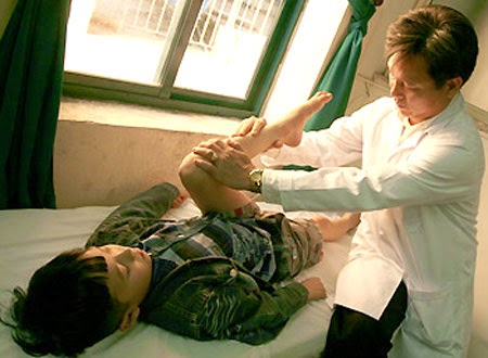 Cần đưa trẻ đến bệnh viện khi có dấu hiệu bị viêm khớp