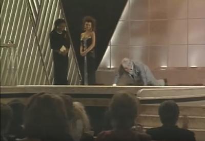 Jack Palance haciendo flexiones en el escenario
