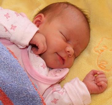 Baby schläft und lächelt