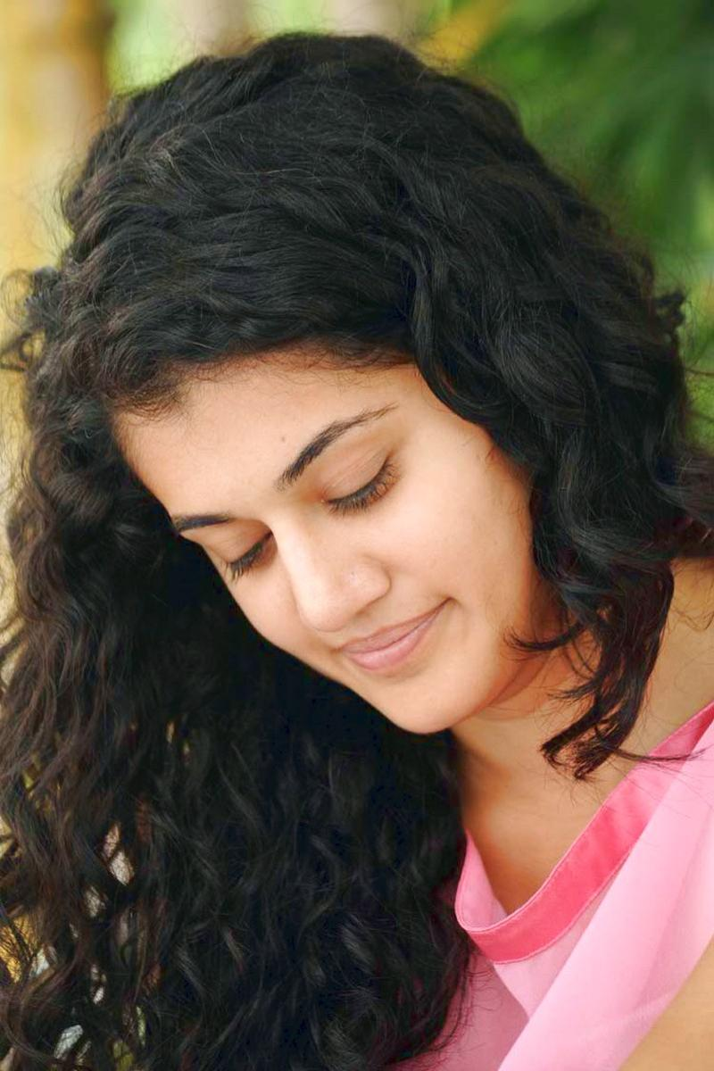 Tapsee-New-Cute-Photos-at-Mogudu-Location-1