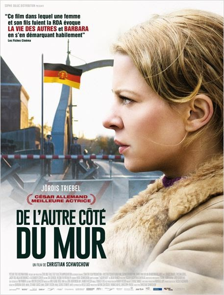 L'affiche du film de Christian Schwochow, DE L'AUTRE COTE DU MUR avec le visage de l'actrice devant le poste frontière