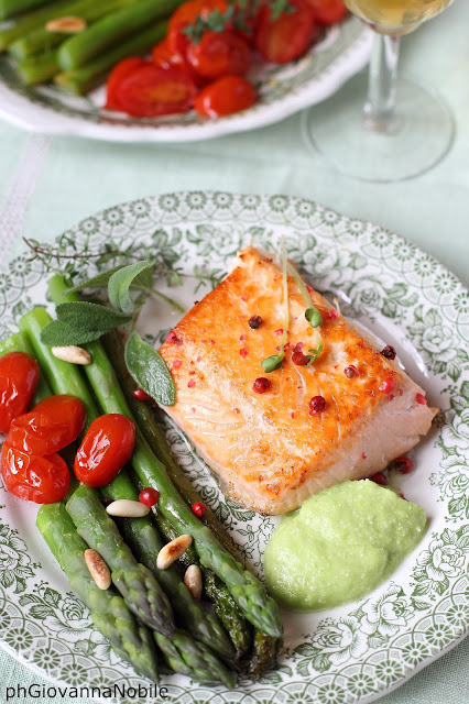 Tranci di salmone con pepe rosa, asparagi, purea di asparagi e pomodorini al forno
