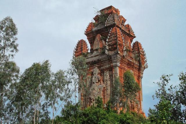 Phần phía ngoài của góc tường tháp Cánh Tiên được ốp bằng những phiến đá sa thạch có chạm khắc hoa dây xoắn và góc các diềm mái của tháp cũng được làm bằng đá. Đây là hiện tượng độc nhất trong lịch sử kiến trúc tháp Chămpa. Tháp cao gần 20 m được xây vào thế kỷ 12, là một trong những tháp Chăm điển hình cho phong cách kiến trúc Bình Định.