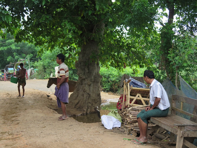 Hombres de Inwa con sus longyis