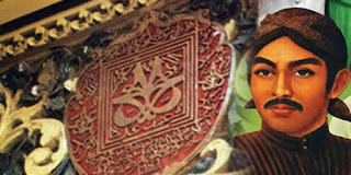 "Kisah Sunan Kalijaga  Tokoh yang satu ini sangat kontroversial pada zamannya, ia seorang anak dari Adipati Tuban yaitu Aria Wilatikta, ia di usir oleh ayahnya sendiri karena mencoba menentang gaya kepemimpinan ayahnya yang tidak berpihak ke pada rakyat. Bernama asli raden said atau joko said, sedangkan nama kalijaga banyak yang mengatakan di ambil dari nama sungai yang sering di kunjunginya yaitu kali jaga, namun aja juga yang mengatakan kalijaga adalah serapan dari bahasa arab yaitu Qodli Zaka, yang artinya penghulu suci atau hakim suci.  Sunan Kalijaga atau Sunan Kalijogo adalah seorang tokoh Wali Songo yang sangat lekat dengan Muslim di  Pulau Jawa, karena kemampuannya memasukkan pengaruh Islam ke dalam tradisi Jawa. Makamnya berada di  Kadilangu, Demak.  Masa hidup Sunan Kalijaga diperkirakan mencapai lebih dari 100 tahun. Dengan demikian ia mengalami masa  akhir kekuasaan Majapahit (berakhir 1478), Kesultanan Demak, Kesultanan Cirebon dan Banten, bahkan juga  Kerajaan Pajang yang lahir pada 1546 serta awal kehadiran Kerajaan Mataram dibawah pimpinan Panembahan  Senopati. Ia ikut pula merancang pembangunan Masjid Agung Cirebon dan Masjid Agung Demak. Tiang ""tatal""  (pecahan kayu) yang merupakan salah satu dari tiang utama masjid adalah kreasi Sunan Kalijaga.                                                  Sunan Kalijaga diperkirakan"