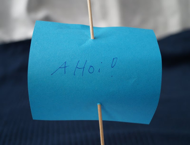 DIY: Papierschiff-Einladungen für den Kindergeburtstag basteln. Schreibt Ahoi auf den Mast des Schiffes, dann wirkt die Einladung zum Geburtstag noch maritimer!