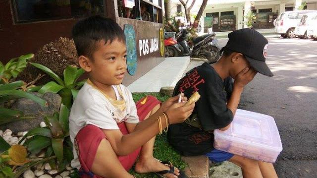 Ayah Dibui Dan Ibu Buruh Cuci, Kakak Beradik Ini Lewati Masa Kecil Dengan Mencari Nafkah
