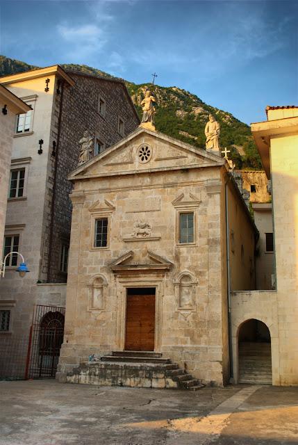 Лев Св.Марка над входом. Знак Венецианской республики.