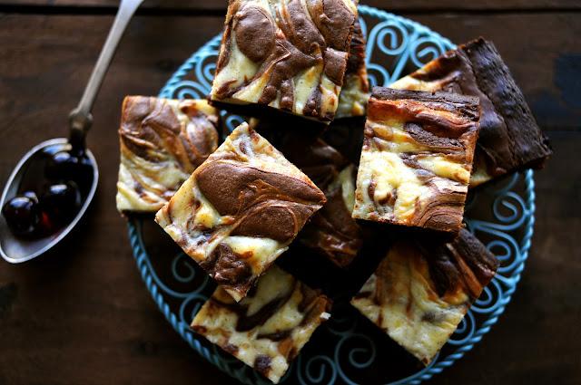 Lækker cheesecake brownie med kirsebær