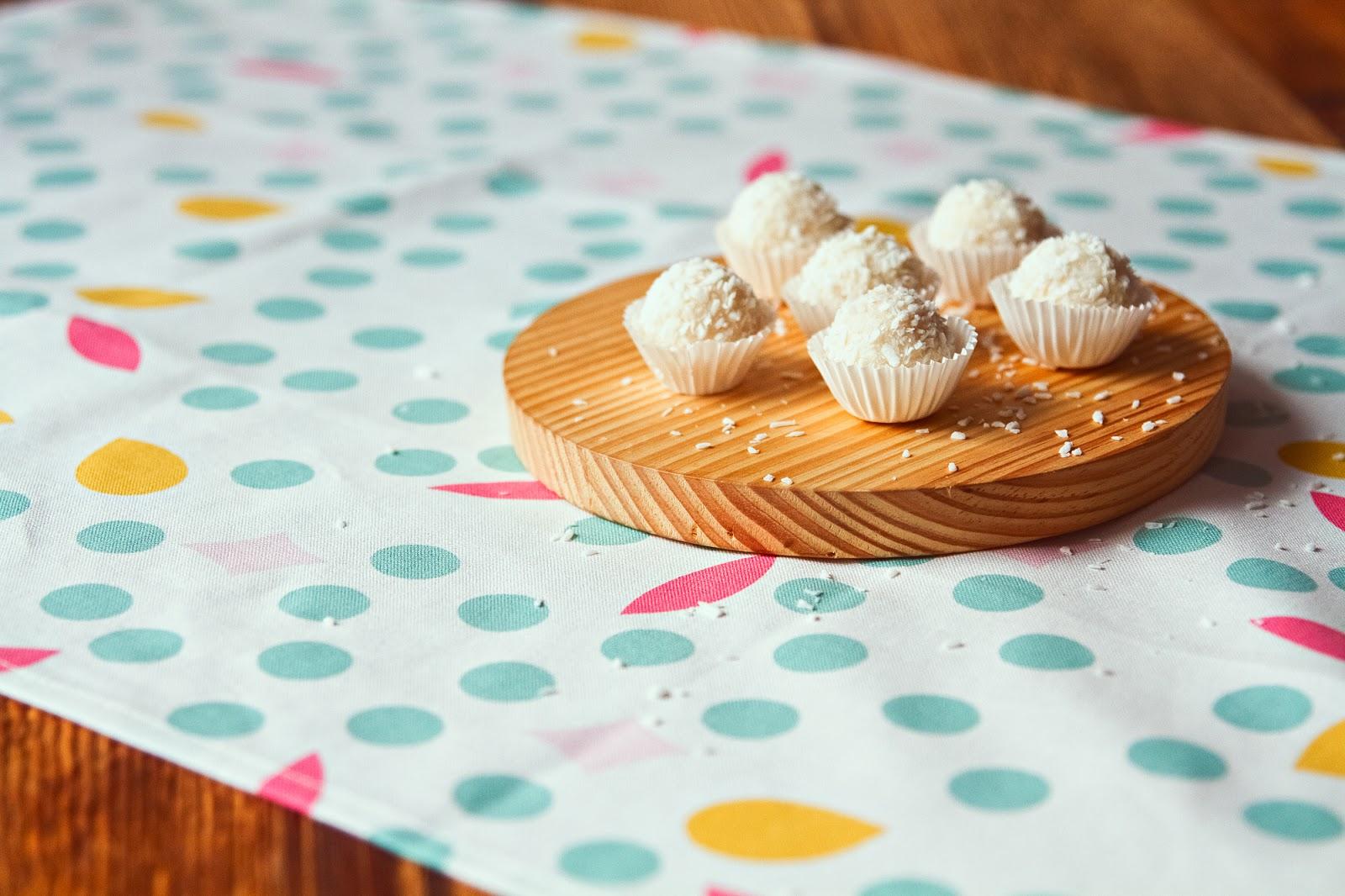 Przetestuj prosty przepis na bezglutenowe fit kulki z kaszy jaglanej idealne dla dużych i małych. Spraw sobie słodką, zdrową przekąskę.