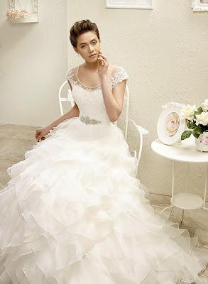 Robe de mariée blanche avec jupe évasée