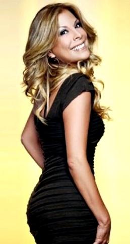 Foto de Mimi Hernández con bello vestido