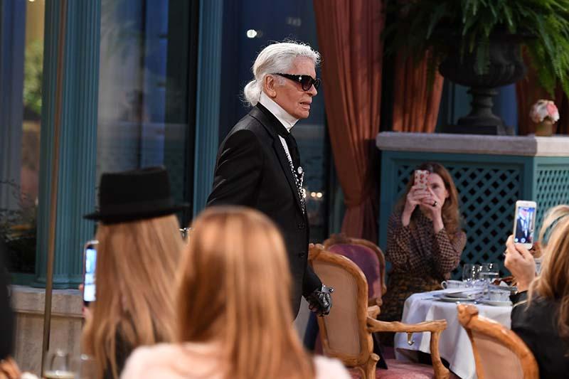 Karl Lagerfeld au Défilé Chanel Métiers d'Art 2016-2017 - Cosmopolite