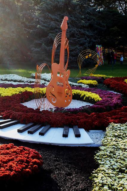 Фрагмент цветочной инсталляции Соломенского района