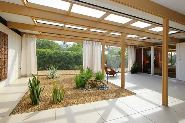 Inspirasi Teras Belakang Rumah dengan kaca besar
