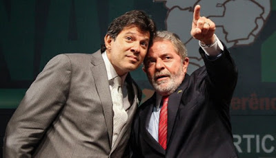 Lula apontando caminho no alto a Haddad
