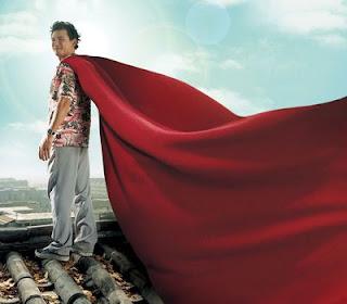 수퍼맨이었던 사나이 영화의 한 장면: 휘날리는 빨간 망토를 입고 지붕 위에 서있는 주인공