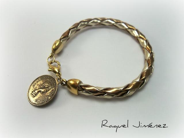 pulsera dorada con moneda