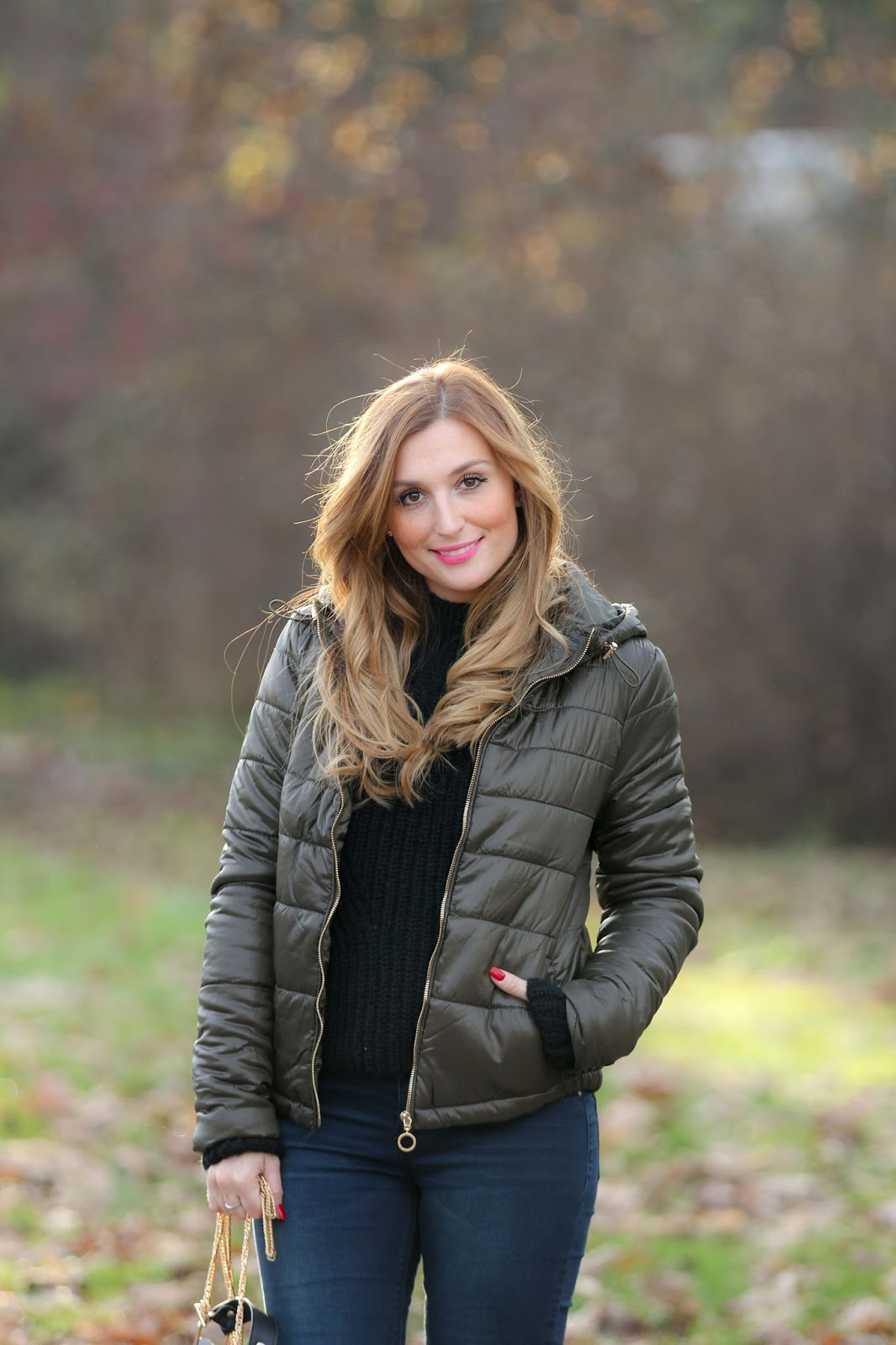 Daunenjacke-Winter-Outfit-Daunenjacke-Fashionstylebyjohanna-undone-Look-Ripped-Jeans-Lederjacke-winter-winterfashion-streetsylefashion