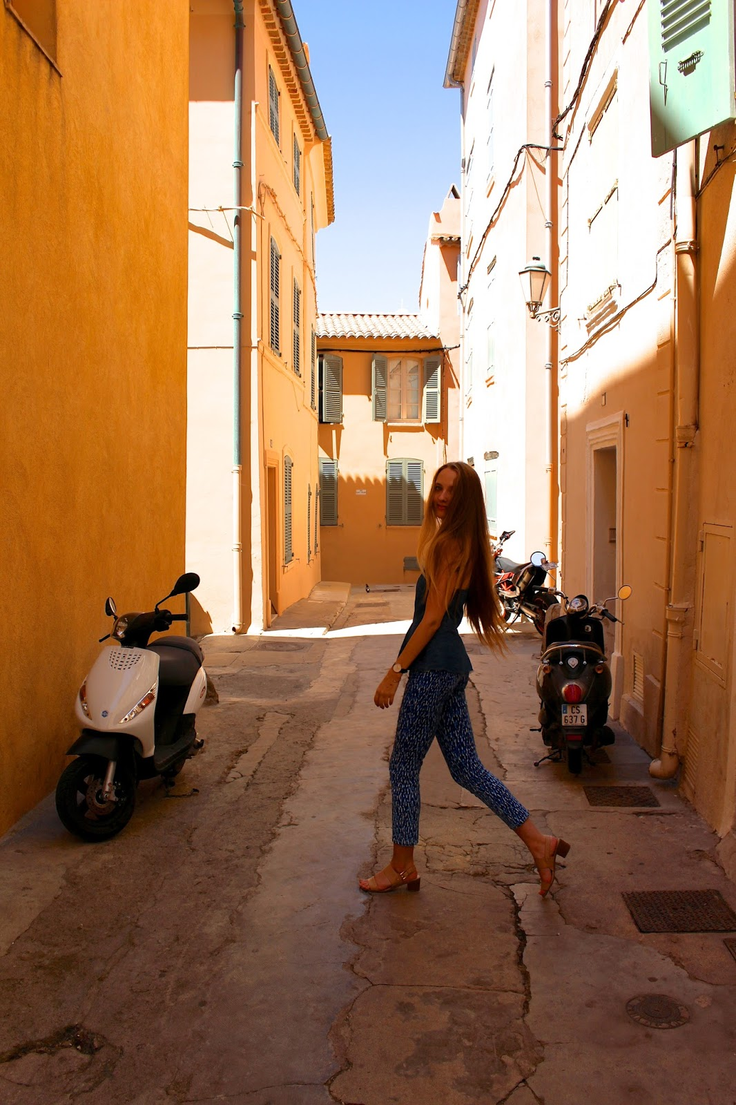 british travel blogger in streets of saint tropez